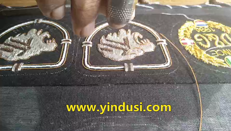 高端定制印度丝徽章手工刺绣狮子头大牌布贴刺绣视频