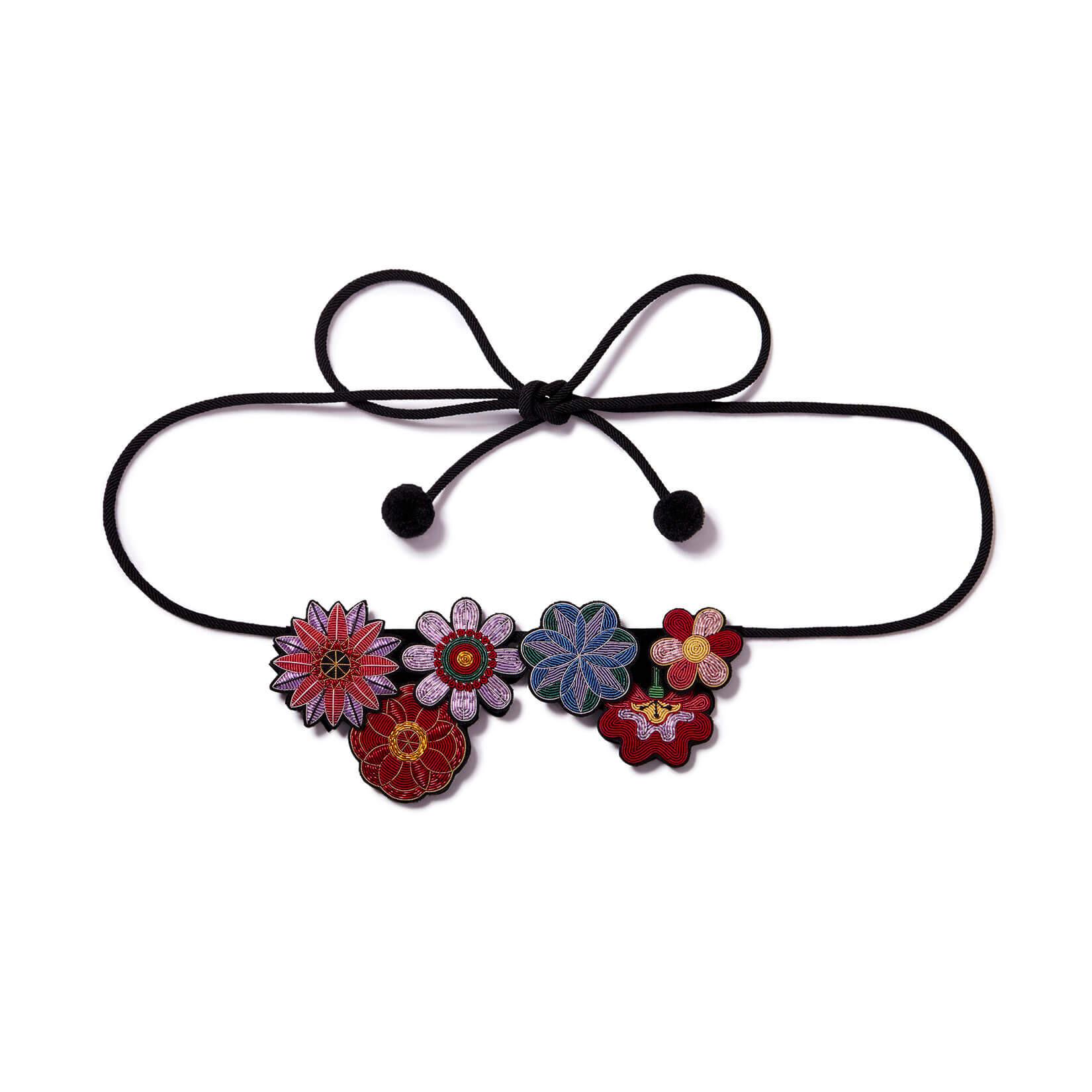 印度丝手工刺绣花瓣花卉腰带,花的力量通过我们精美的绣花故事。