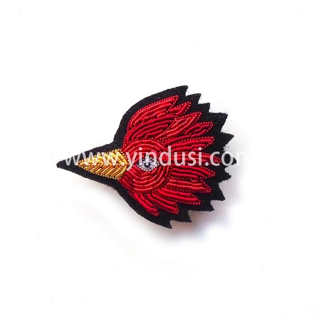 印度丝徽章工厂手工刺绣胸针定制迷人的鸟,以庆祝雅克·德米(Jacques Demy)传奇电影的周年纪念日。