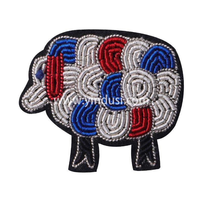 印度丝徽章定制工厂金属丝手工刺绣三色羊胸针定做衣服包包配饰