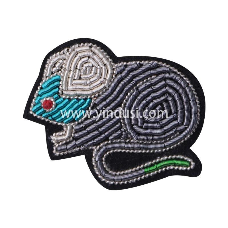 印度丝徽章定制工厂金属丝手工刺绣卡通小灰鼠胸针定做衣服包包配饰